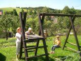 Dětské hřiště v obci, vzdáleno cca 50 metrů od chalupy a 150 m od penzionu